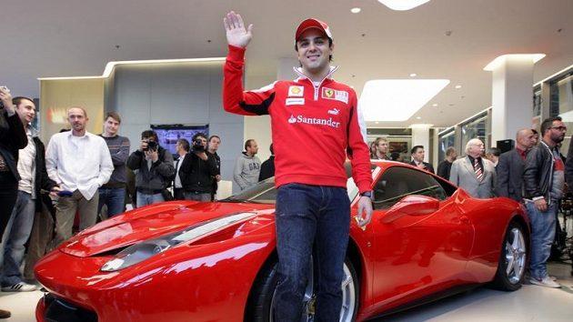 Felipe Massa pózuje u Ferrari.