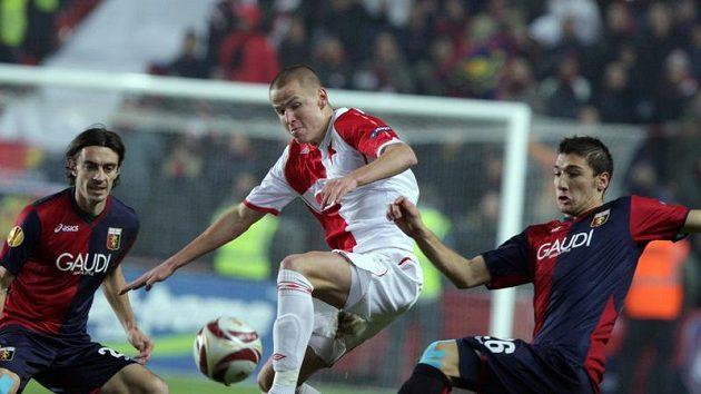 Adam Hloušek ze Slavie (uprostřed) bojuje o míč se Salvatorem Bocchettim z Janova.