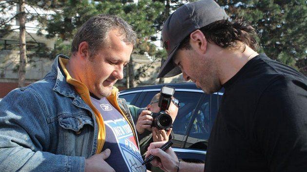 Jaromír Jágr se při srazu české hokejové reprezentace podepisuje fanouškovi na logo New Yorku Rangers.