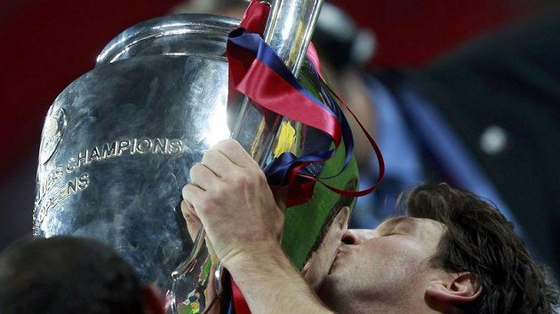 Lionel Messi s trofejí pro vítěze Ligy mistrů.