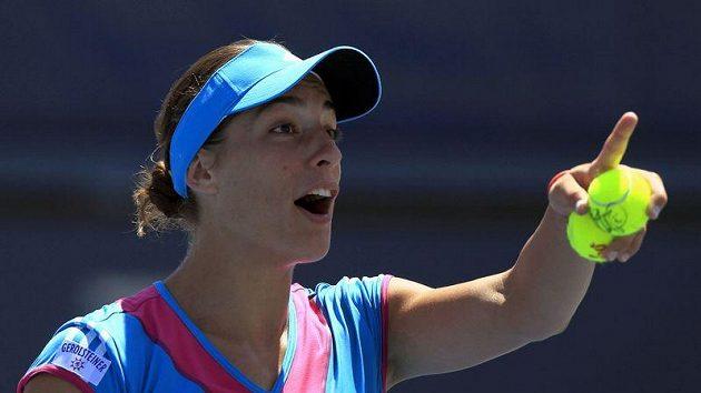 Tenistka Petkovicová utíká z kurtu během zápasu.