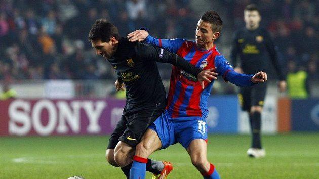 Milan Petržela z Plzně (vpravo) se snaží zastavit Lionela Messiho z Barcelony.