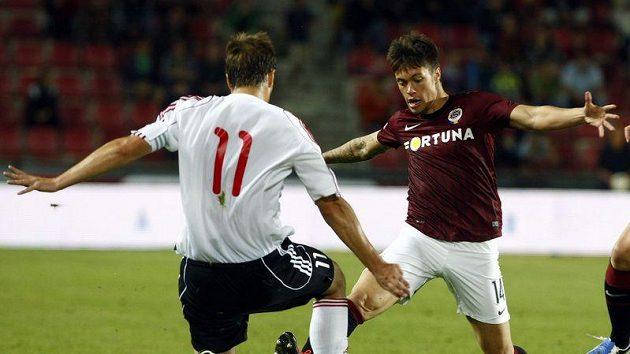 Žižkovský Tomáš Procházka (číslo 11) vyráží proti sparťanovi Václavu Kadlecovi.