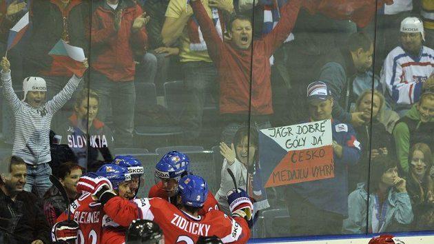 Čeští hokejisté oslavují gól proti Rusku v zápase o bronz