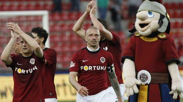 Sparťan Tomáš Řepka (uprostřed) se spoluhráči po zápase s Hradcem Králové.
