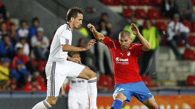 Plzeňský útočník Jan Rezek (vpravo) bojuje o míč s Tomášem Sivokem v dresu Besiktase Istanbul.