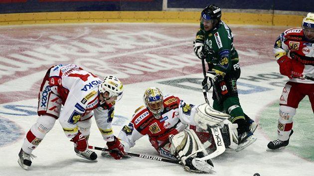 Slávista Doležal pomáhá svému brankáři Slipčenkovi před karlovarským Pechem.