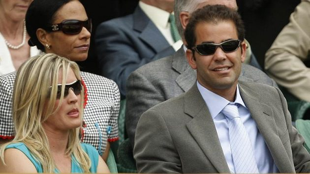 Bývalý americký tenista Pete Sampras s manželkou Bidgette Wilsonovou sledují finále Wimbledonu mezi Švýcarem Rogerem Federerem a Andy Roddickem z USA.