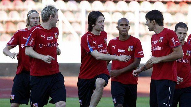 Na odpoledním tréninku se už Tomáš Rosický (třetí zprava) zapojil se spoluhráči do přípravy na Španělsko.