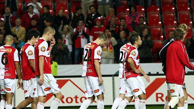 Zklamání fotbalistů Slavie po prohraném derby se Spartou