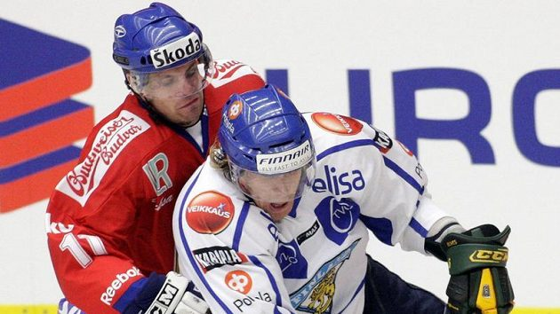 Hokejista Petr Hubáček (vlevo) fauluje Fina Anttilu v utkání na Českých hokejových hrách v Karlových Varech.