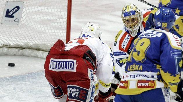 Bezmocný pohled brankáře Slavie Roberta Slipčenka po inkasovaném gólu ve třetím utkání čtvrtfinále play-off se Slavií.