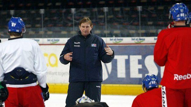 Trenér Alois Hadamczik dává pokyny hokejistům na srazu české reprezentace.