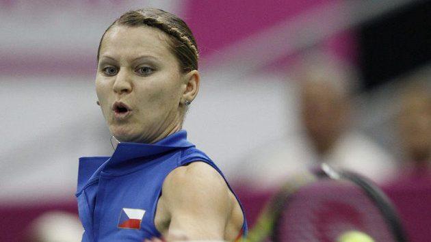 Lucie Šafářová v utkání se Světlanou Kuzněcovovou při Fed Cupu v Moskvě.