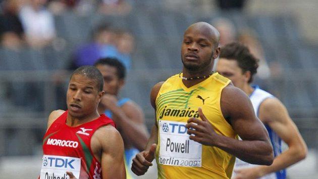 Jamajčan Asafa Powell a Aziz Ouhadi z Maroka během rozběhu na 100 metrů na MS v Berlíně
