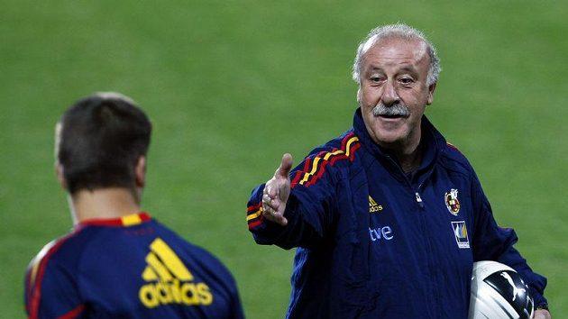 Španělský kouč Vicente Del Bosque udílí pokyny na tréninku