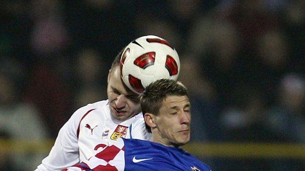 Michal Kadlec (v bílém) v hlavičkovém souboji s Chorvatem Ivem Iličevičem.