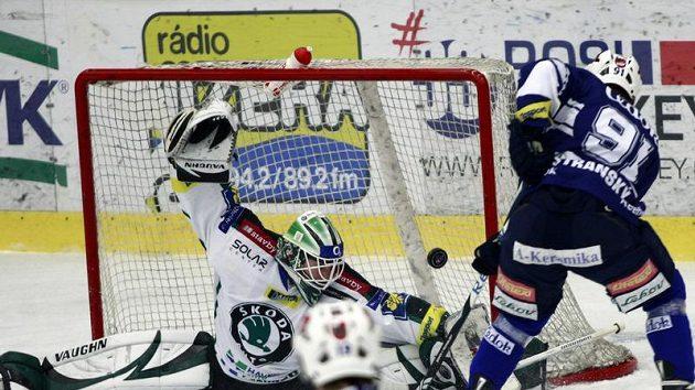 Plzeňský hokejista Jan Stránský překonává brankáře Boleslavi Marka Schwarze.