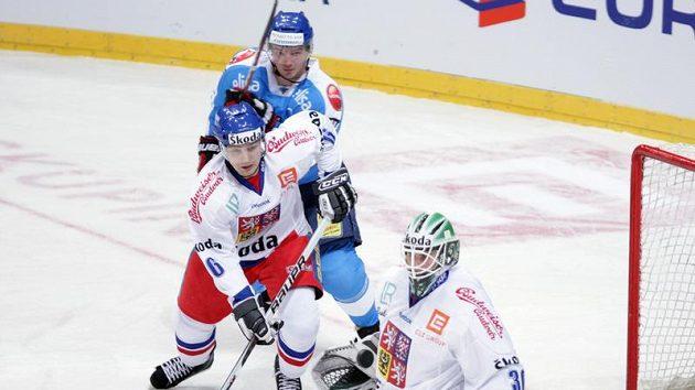 Brankář Marek Schwarz kryje puk v utkání proti Finsku.