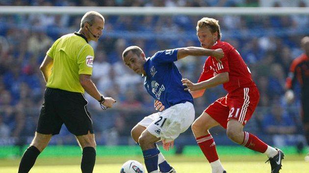 Lucas Leiva z Liverpoolu brání Leona Osmana z Evertonu.