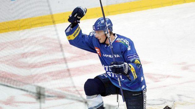 Vítkovický hokejista Klimek se raduje ze vstřeleného gólu Slávii.