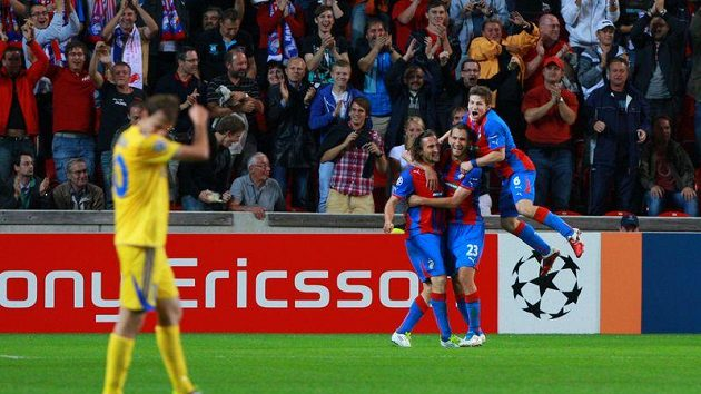 Gól, Plzeň vede nad Borisovem 1:0! Se střelcem Markem Bakošem (uprostřed) se radují Petr Jiráček a Václav Pilař.