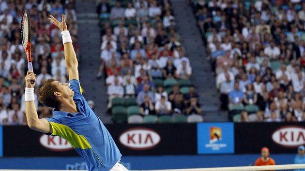 Andy Murray servíruje proti Nadalovi během čtvrtfinále Australian Open