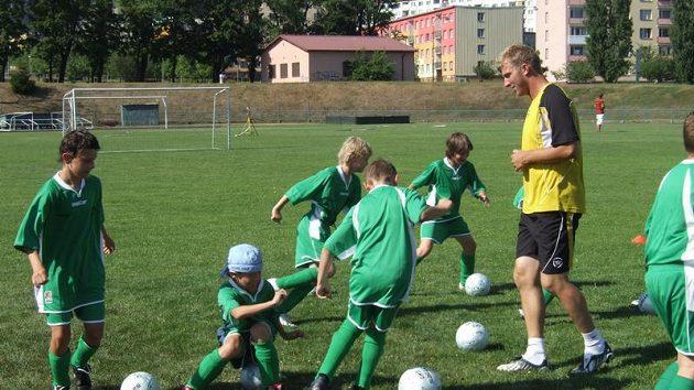 Malí fotbalisté Šmicrova kempu s trenérem Petrem Mikolandou.
