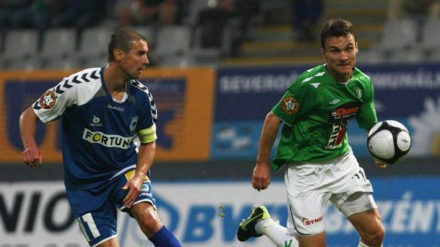 Liberecký Miroslav Holeňák (v modrém) v souboji s Davidem Lafatou z Jablonce