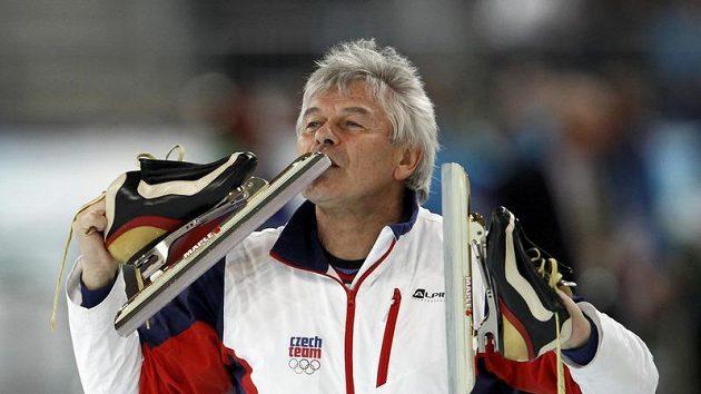 Trenér Martiny Sáblíkové líbá brusle, na kterých si jeho svěřenkyně dojela pro druhou zlatou olympijskou medaili.