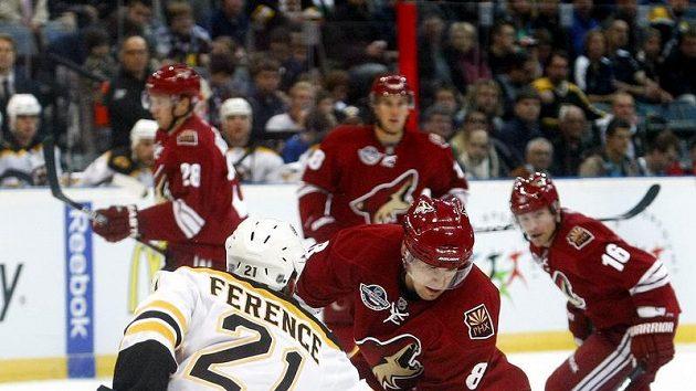Ference z Bostunu brání Upshalla z Phoenixu ve druhém pražském utkání NHL.