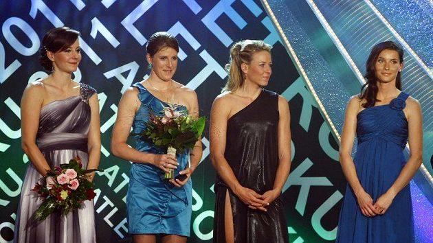 Skoro po dvou letech se dočkaly bronzových medailí z halového mistrovství světa v Dauhá čtyřstovkařky Rosolová, Hejnová, Bergrová a Bartoničková.