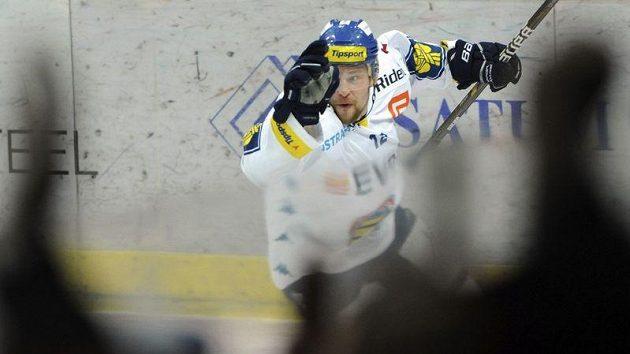 Petr Vrána z Vítkovic se raduje z gólu, který vstřelil brankáři Adamu Svobodovi z Pardubic.