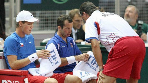 Radek Štěpánek a Tomáš Berdych (vlevo) s kapitánem Jaroslavem Navrátilem během čtyřhry.