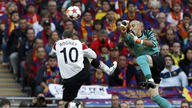 Wayne Rooney se v akrobatické pozici snaží překonat Victora Valdese.