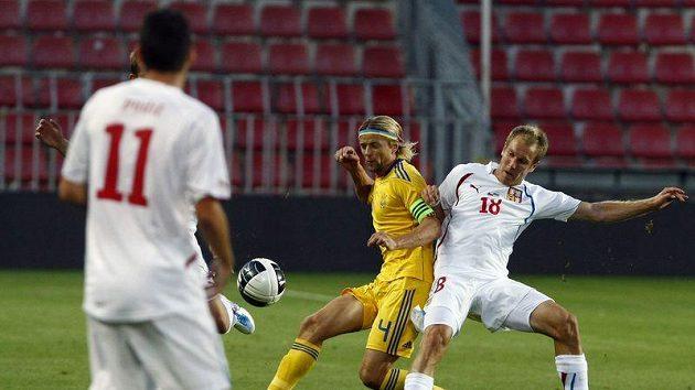 Daniel Kolář (vpravo) bojuje o míč s Ukrajincem Timoščukem.