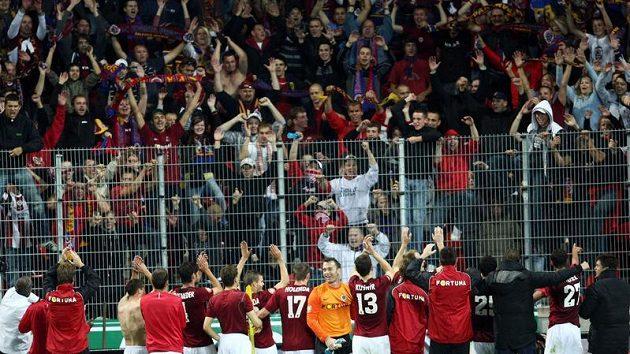 Radost fotbalistů Sparty po výhře v pražském derby na hřišti Slavie