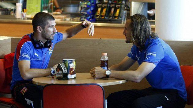 Fotbalová reprezentace před odletem do Skotska. Jan Rezek (vlevo) a Petr Jiráček.
