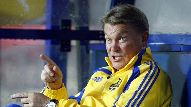 Trenér Ukrajiny Oleg Blochin sleduje trénink národního mužstva.