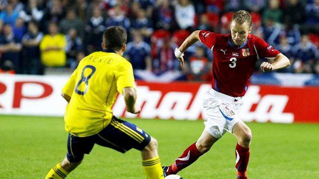Skotský záložník Jamie Mackie (vlevo) se snaží zastavit pronikajícího Michala Kadlece.