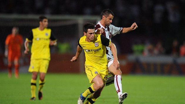 Hráč Sarajeva Amer Dupovač (vpravo) se snaží zastavit Kamila Vacka ze Sparty