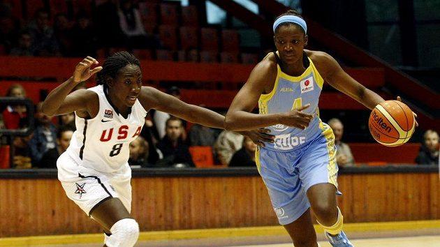 Delisha Miltonová-Jonesová z USK Praha (vpravo) v souboji se Sofií Youngovou z reprezentace USA.