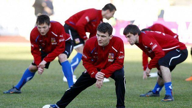 David Lafata (vpředu) se rozcvičuje na srazu české fotbalové reprezentace.