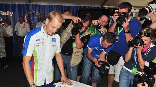 Pilot týmu Ford a čerstvý třicátník Mikko Hirvonen rozkrajuje svůj narozeninový dort.