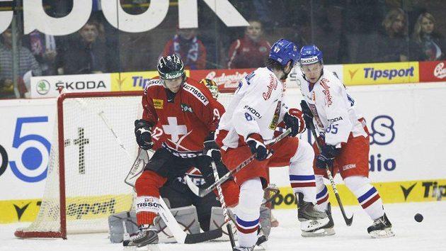 Jakub Nakládal a Petr Vrána (vpravo) před brankou Švýcarů.