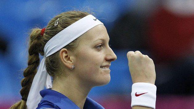 Gesto na znamení výhry. Petra Kvitová porazila Marii Kirilenkovou v prvním finálovém utkání Fed Cupu.