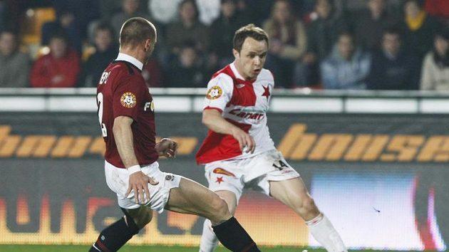 Obránce Sparty Tomáš Řepka se snaží zastavit Zdeňka Šenkeříka ze Slavie v odvetě čtvtfinále Ondrášovka Cupu.