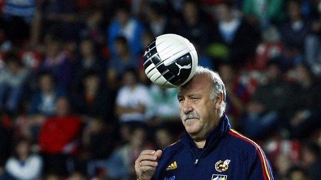 Trenér španělských fotbalistů Vicente Del Bosque si pohrává s míčem.