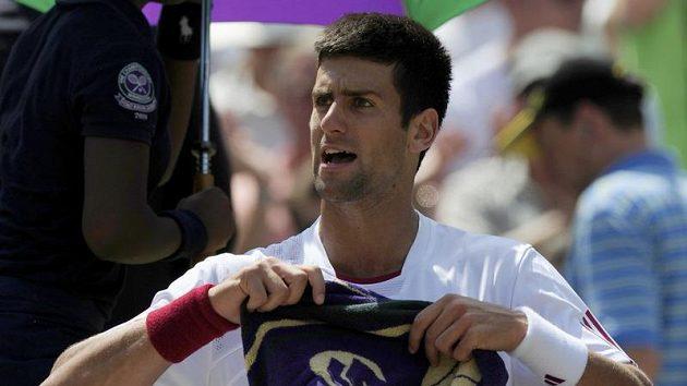 Srbský tenista Novak Djokovič během přestávky čtvrtfinálového duelu Wimbledonu proti Tommy Haasovi z Německa