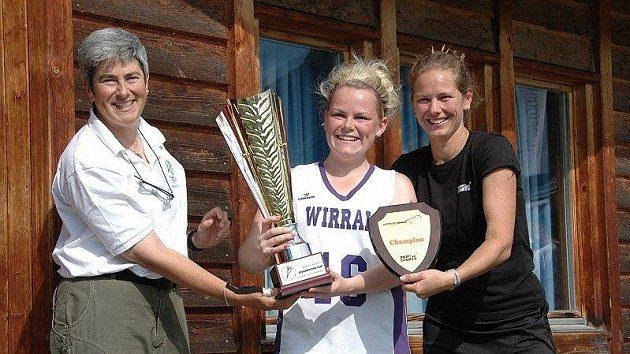 Pohár kapitánce vítězek předávají Dorothy Hirsh (ELF) a Barbara Bažantová (Prague Sports)